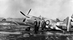 Rolf Arne Berg foran sin Spitfire Mrk.IXE i 1944